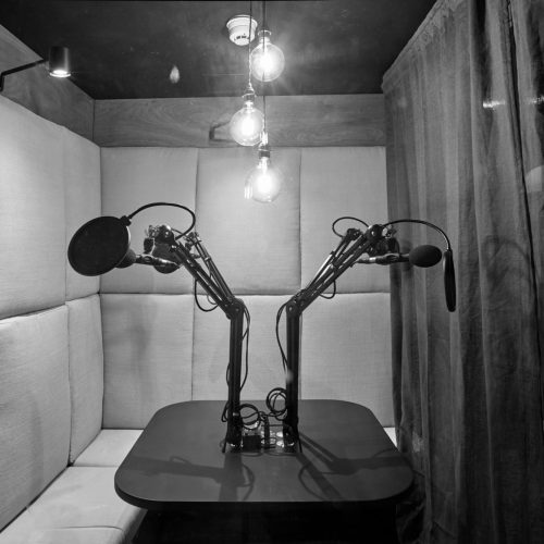 soho-radio-studios_podcast-recording-studio-02-microphones-and-cushioned-seats-black-white