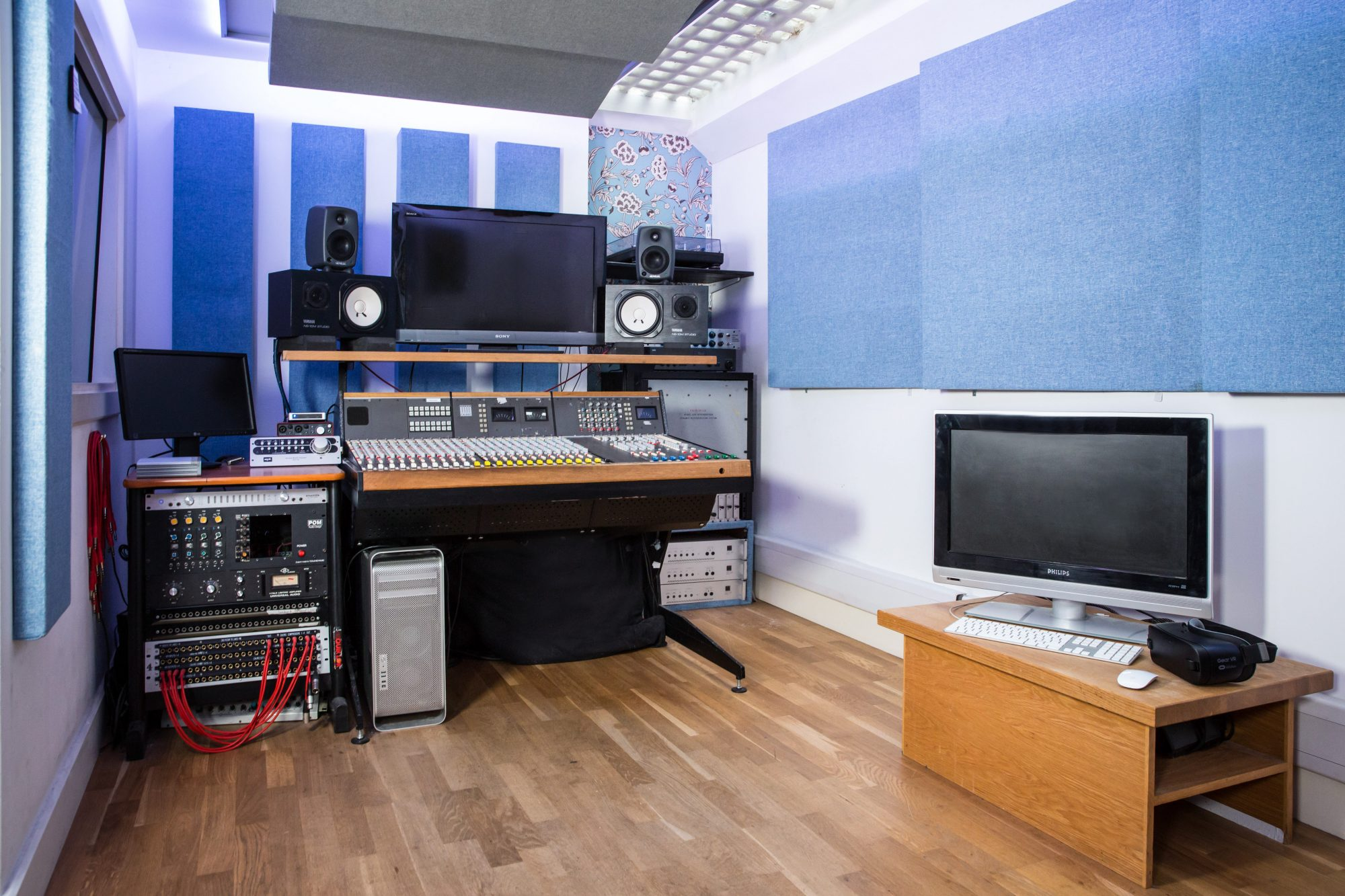 soho-radio-studios_podcast-recording-studio-04_music-recording-equipment